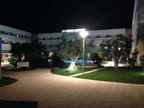 Regiohotel Manfredi: vista hotel dal parco