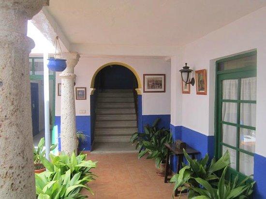 Hostal San Bartolome: Escalera de acceso 2º planta