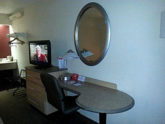 Red Roof Inn Cleveland - Westlake: Desk area