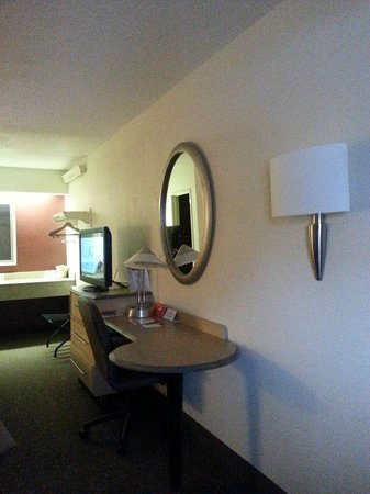 Red Roof Inn Cleveland - Westlake: As you look into the room from the doorway