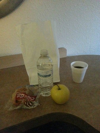 Red Roof Inn Cleveland - Westlake : FREE Grab and Go Breakfast - water, muffin, apple and coffee