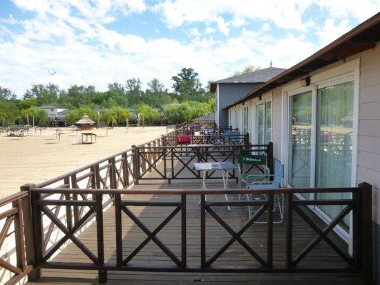 Howard Johnson Hotel & Marinas San Pedro Resort: Playa privada sobre el rio