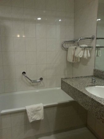 Clayton Hotel Dublin Airport: Good sized bathroom