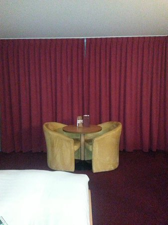 Clayton Hotel Dublin Airport: Seating area in the room - lots of space