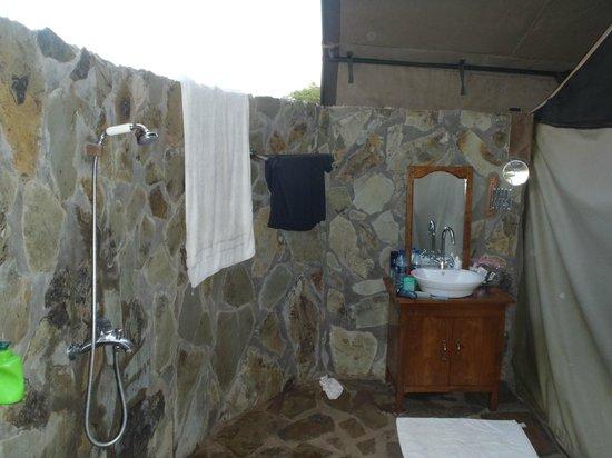 Mapito Tented Camp Serengeti: Outdoor bathroom