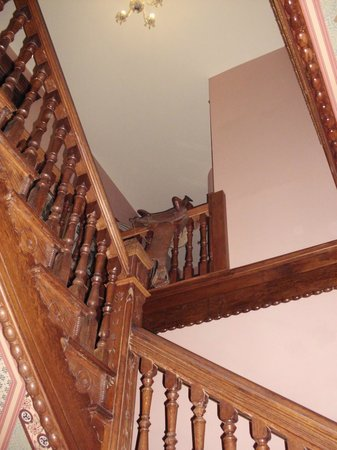 Lumber Baron Inn & Gardens : The beautiful staircase