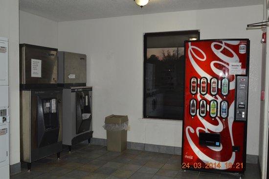 Motel 6 Tupelo: Vending Room