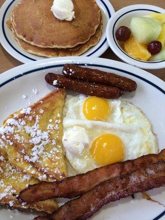 IHOP : Plat + Pancakes + Fruits de saison.
