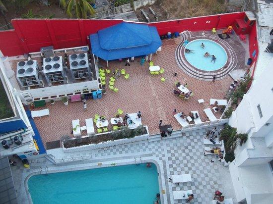 Hotel Blue Tone: zona de pileta para adultos y niños mas barra de tragos.