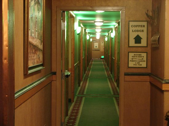 Pike's Waterfront Lodge: Hallway
