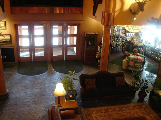 Pike's Waterfront Lodge: Lobby