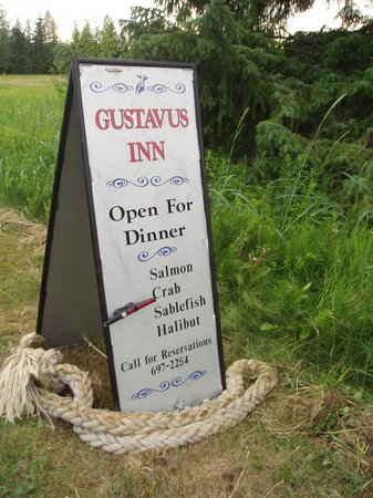 Gustavus Inn at Glacier Bay: Our road sign tells you what is on the plate tonite
