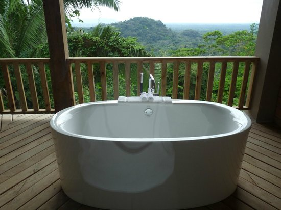 Belcampo Lodge: Kohler soaking tub on Ridge Suite private balcony