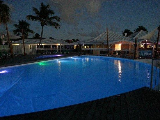 Hôtel Mercure Saint-Martin Marina & Spa : Pool at night
