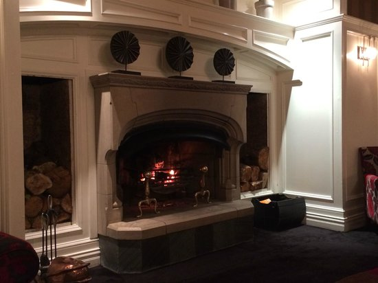 The Killarney Park Hotel: Warm fireplace in the lobby