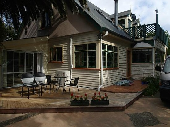 Gingerbread Lodge Bed & Breakfast: King room 2 entrance and proximity to kitchen