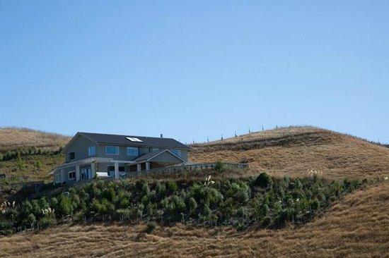 Hawk Ridge Bed & Breakfast: Approaching Hawk Ridge on the private drive