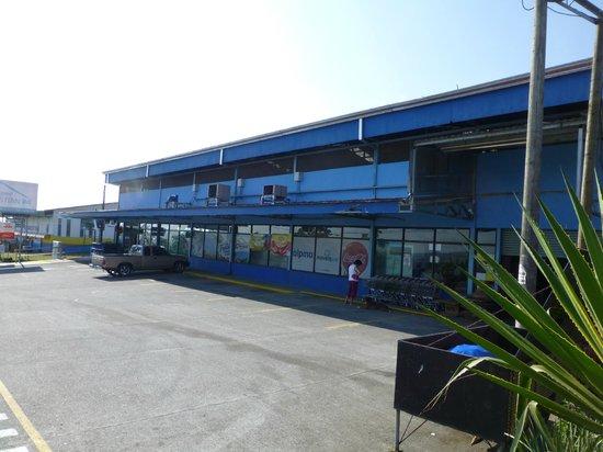 Hotel Bijagua : grocery store next door