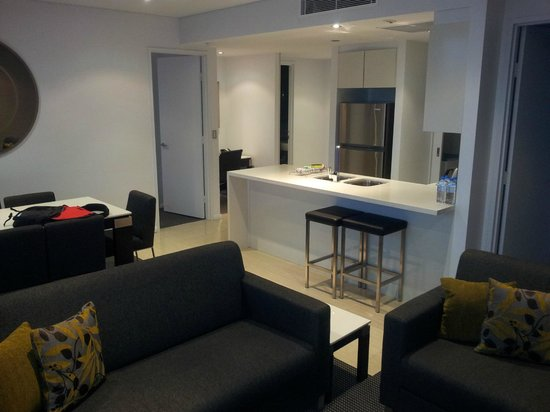 Meriton Suites Zetland : A view back to the kitchen, dining and study