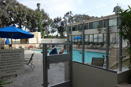 Holiday Inn Hotel & Suites Anaheim (1 BLK/Disneyland): pool area