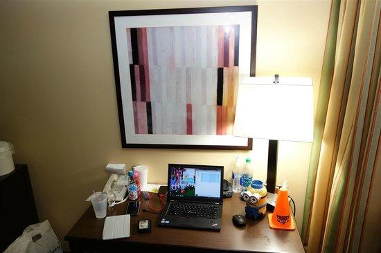 Holiday Inn Hotel & Suites Anaheim (1 BLK/Disneyland): room artwork above desk