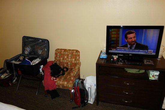 Holiday Inn Hotel & Suites Anaheim (1 BLK/Disneyland): chair in room. it's got wheels on it.