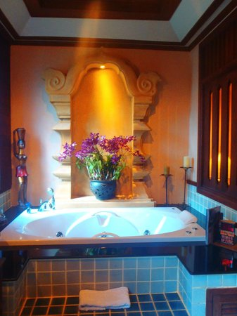 Amata Lanna Chiang Mai: Real Orchids by our bathtub