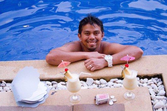 Henann Lagoon Resort: Piña Colada having a drink by our junior suite