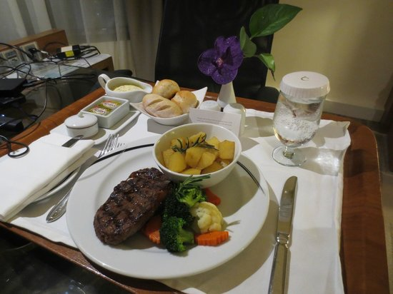 Centara Grand at Central Plaza Ladprao Bangkok: Nice Steak at in room dining on my tried 1st day of arrival