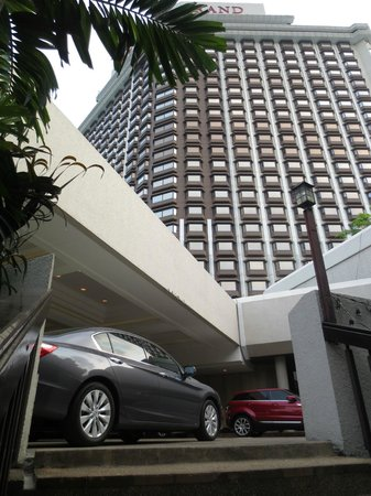 Centara Grand at Central Plaza Ladprao Bangkok : Valet Parking is available