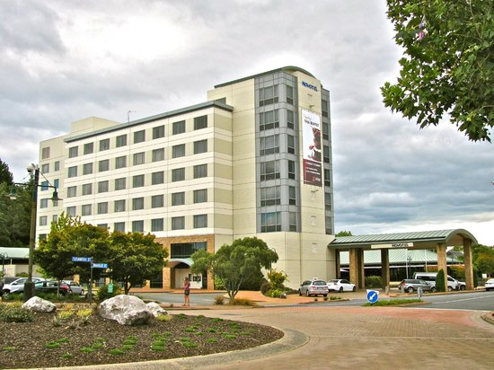 Novotel Rotorua Lakeside: Hotel from the street