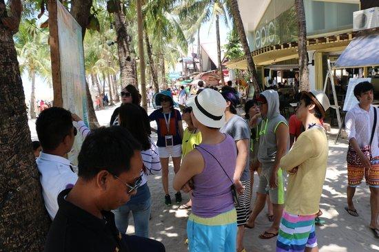 Crystal Sand Beach Resort: crowded boracay