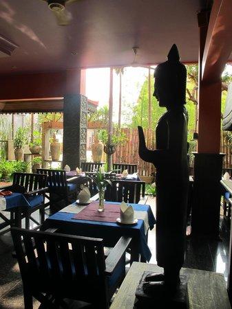 Golden Butterfly Villa: Hotel restaurant in the morning