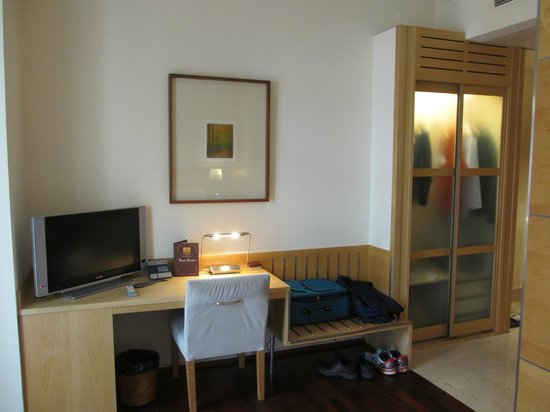 Hotel Preciados: Desk, TV and Closet