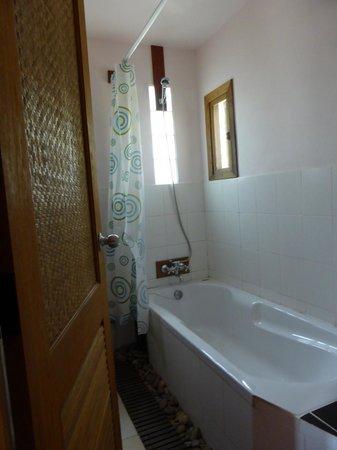 Gims Resort: Badkamer met ligbad