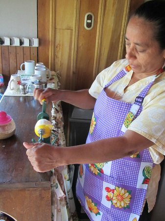 Hotel Las Orquideas: Our nice breakfast lady