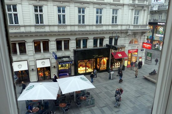 Opera Suites: View of Kartner Strasse from our room