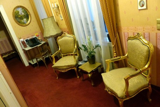 Opera Suites: Hotel common room furnishing