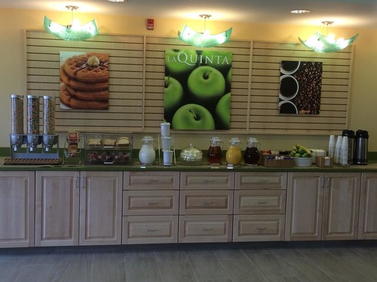 La Quinta Inn & Suites Rochester: Breakfast area