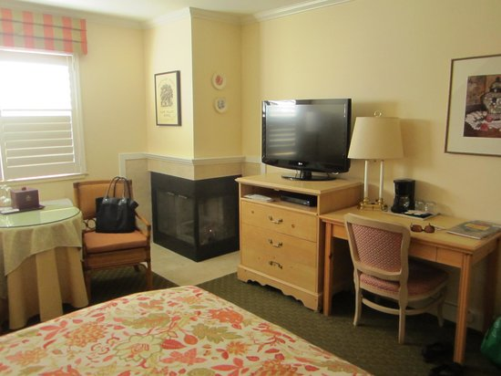 Best Western Plus Elm House Inn: Queen fireplace room