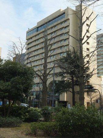 Hotel Monterey Yokohama: Front (harborside) of hotel from Yamashita Park