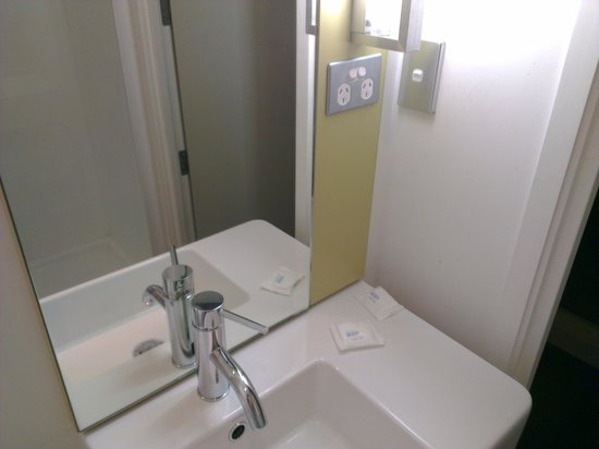 Ibis Budget Auckland Airport: Power points beside mirror in bathroom