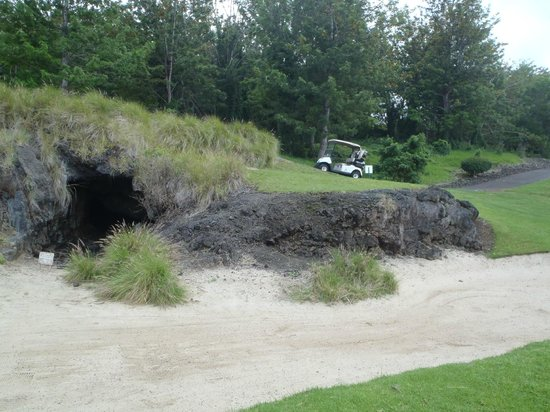 Makalei Hawaii Country Club: Don't miss the lava tube spilling out to a bunker.