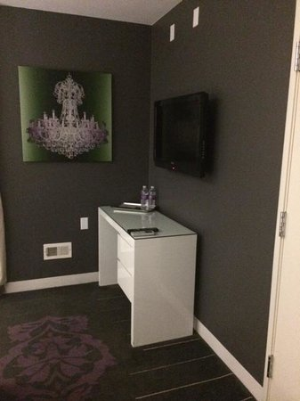 Rumor Hotel: Desk . . . with no chair.