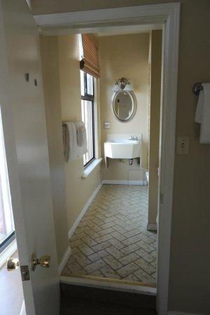 Dalton Hotel & Suites: Bathroom