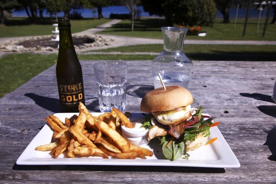 Furneaux Lodge: Chicken Burger