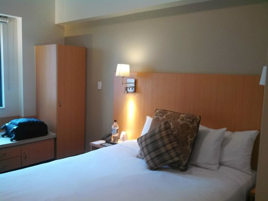 Ibis Sydney World Square : Room, showing bed and storage