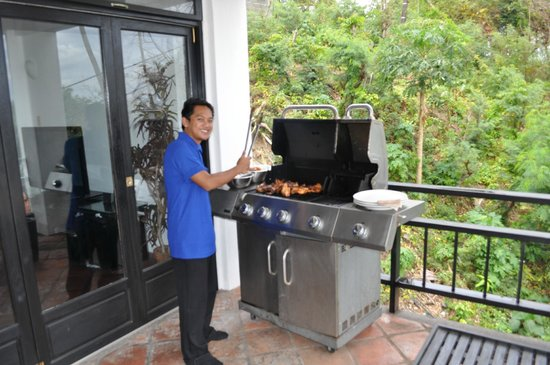 Out of the Blue Resort: Hotel staff cooking bbq lunch