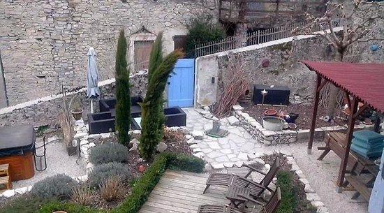 Le Sareymond : vue de la chapelle sur le jardinet