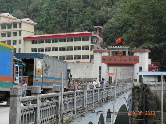 Zhangmu Treaty Port: Мост-граница